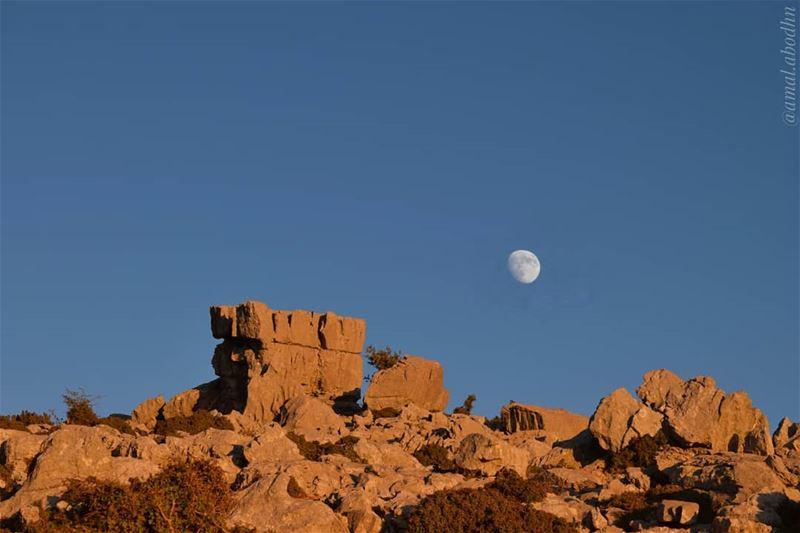 القمر والحب،، عندما لا يتزايدان يتناقصان 👌👌 lebanon photography ... (جبل الشيخ)