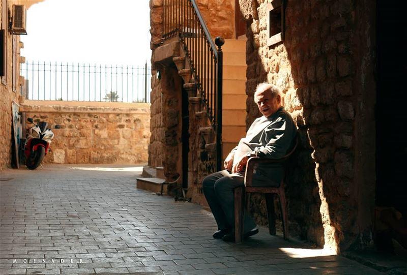 •غَيَّرَتْهُ غِيَـرُ الدَّهْـرِ فشـابْ• photooftheday streetphoto ... (Tyre, Lebanon)