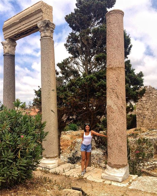 Look ma, I'm this tall 💁🏻... lebanoneats  jbeil  byblos ... (Byblos Castle)