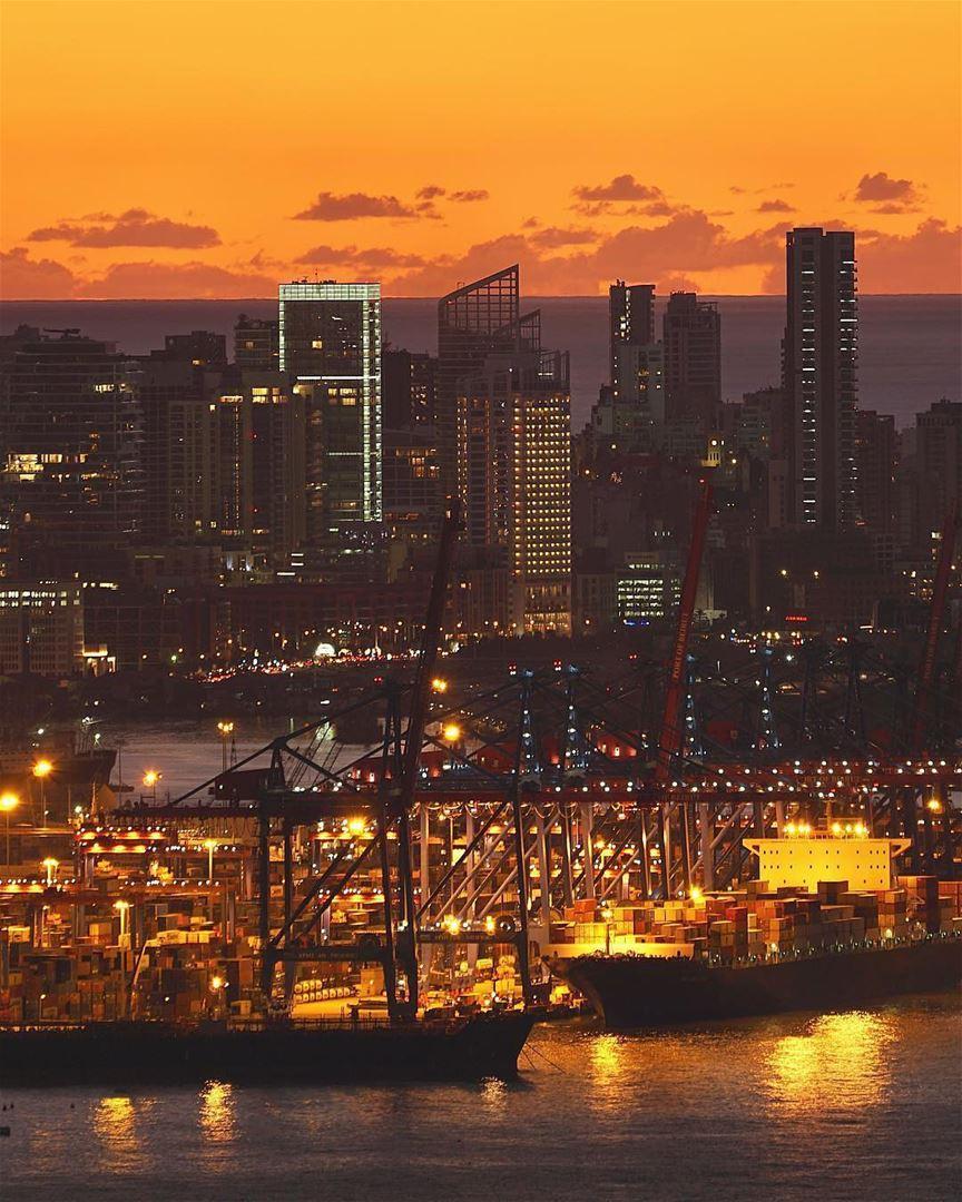 Porto de Beirute à noite fotografado pelo @mikeroscopik 🇱🇧 Beirut's Port... (Port of Beirut)