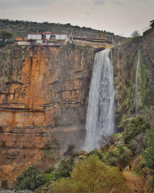 كن لطيفا مع الناس في طريقك للصعود لأنك قد تقابلهم مجددا في طريق الهبوط 👌 ... (Jezzîne, Al Janub, Lebanon)