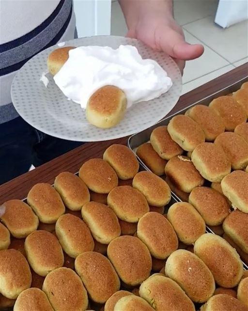 O doce Karabeej é um tipo de ma'moul recheado com pistache ou nozes, e...