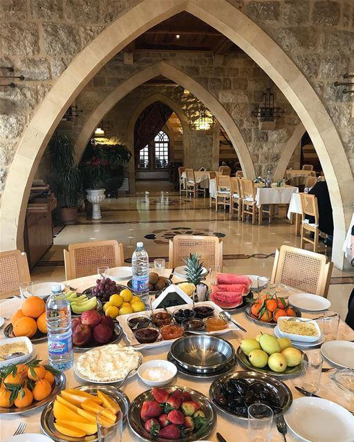 Autêntica mesa libanesa, repleta de frutas após delicioso almoço em... (Fakhreddine Restaurant-broumana)