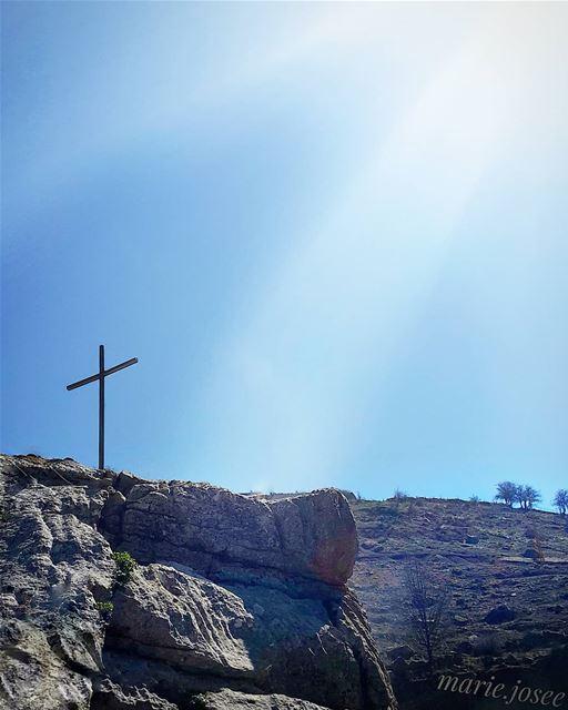 لو كان صليبك أنهى قصة حبك ... لا ما كنت الآن حياً أهتف المسيح قام ... المسي
