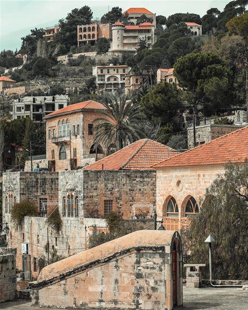ᴅᴏ ʏᴏᴜ ᴘʀᴇғᴇʀ ᴛʜᴇ ʜɪsᴛᴏʀɪᴄᴀʟ ᴄɪᴛʏ ᴏʀ ᴛʜᴇ ɴᴇᴡ ᴍᴏᴅᴇʀɴ ᴄɪᴛʏ?... (Dayr Al Qamar, Mont-Liban, Lebanon)