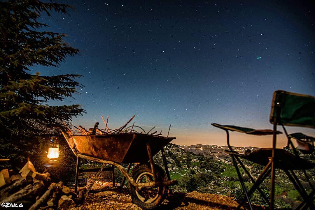A cedar tree, a chair, a bonfire startup (using a construction trolley),... (Cedars Ground Campsite)