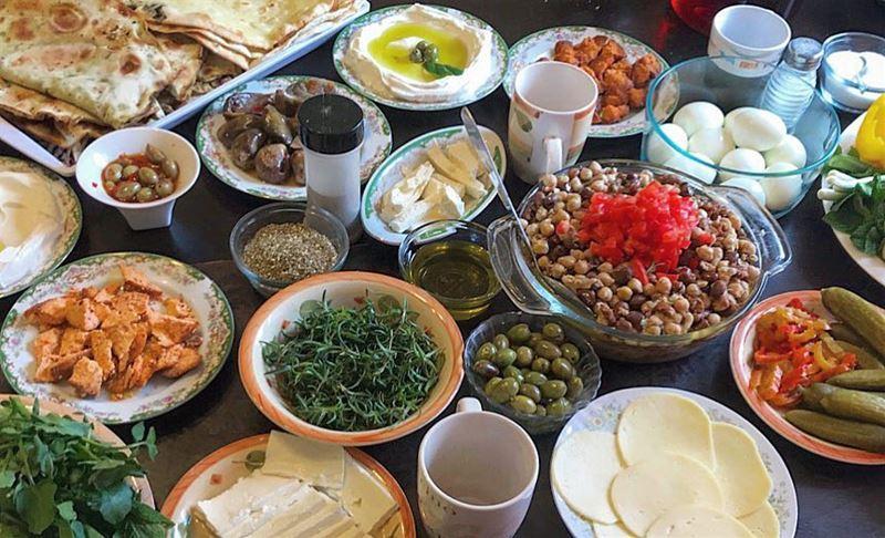 ترويقة لبنانية على الأصول 😍🇱🇧❤️..من قريبوو 🙊.❤️ manakish ...