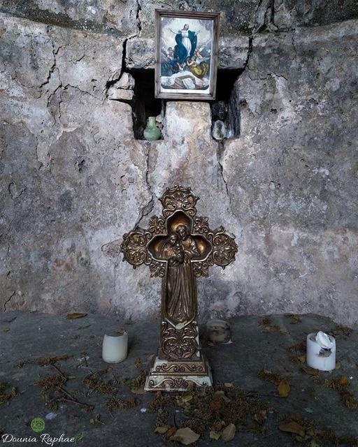 من يهرب من الصليب يهرب من القيامة. - البابا فرنسيسAnyone who turns... (Smar Jubayl, Liban-Nord, Lebanon)