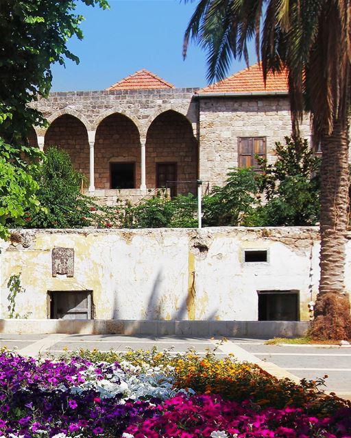 Típica casa antiga libanesa embelezada pelas cores da primavera 🇱🇧... (Byblos, Lebanon)