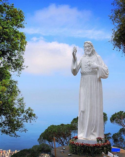 🇱🇧 Pedimos a benção e a proteção de Cristo a todos com essa foto da estát (Ghosta, Mont-Liban, Lebanon)