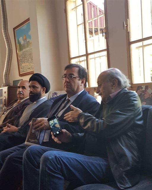 تم التقاط صور للنائب وليد جنبلاط، يقدم كتاب بيروت_بالقلب الى السفير الفرنس