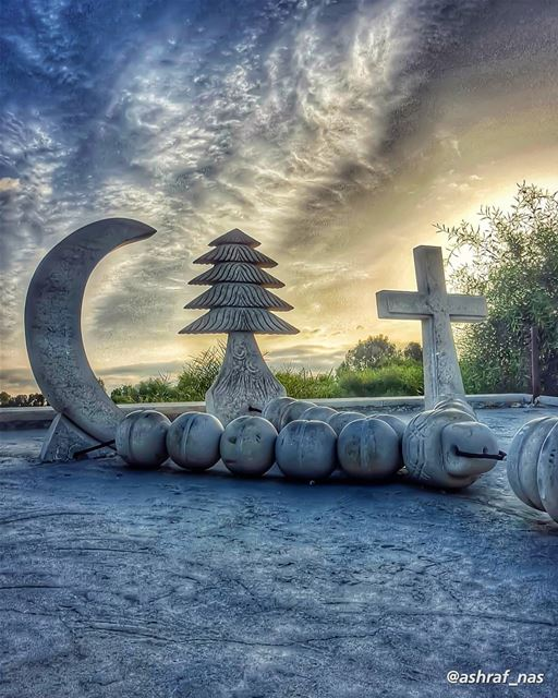 أهلي ويَغْلون يغدو الموتُ لعبتهمإذا تطلَّع صوب السفح عدوانُ...من حفنة وشذ (Tyre, Lebanon)