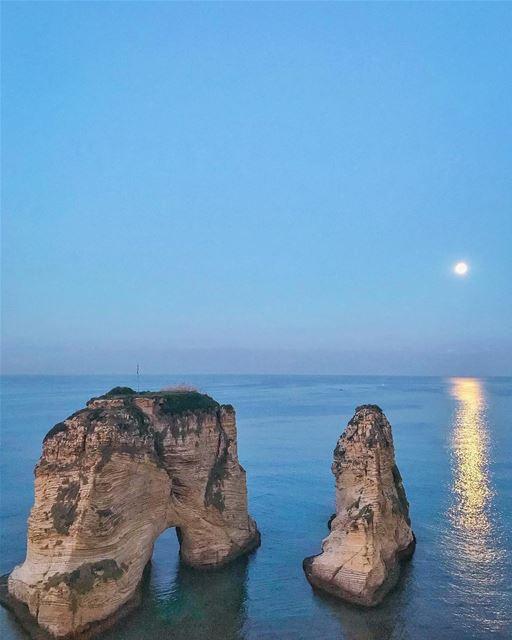 يا قمر على دارتنا 💙🌝🎼💫By @hasnafrangieh Rawché Rawshe Beyrouth ... (Raouche Rock , Beirut , Lebanon)