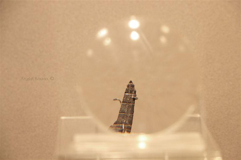 1/اقدم قطعة مزخرفة في لبنان (Vue de la loupe)Musée de la Préhistoire... (Université Saint-Joseph de Beyrouth - USJ)