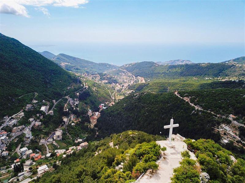 A bird's eye view 🦅💚.......... lebanon lebanon_hdr chahtoul... (Chahtoûl, Mont-Liban, Lebanon)