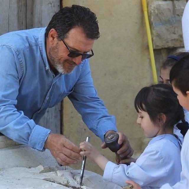 زيارة تلامذة مدرسة دار النور للمحترف للتعرف على مهنة النحت____... (Aïtou, Liban-Nord, Lebanon)