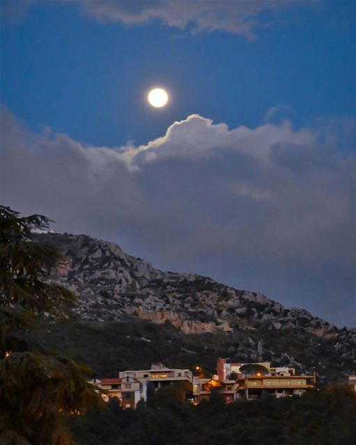 Moonlight floods the whole sky from horizon to horizon;How much it can... (Zgharta District)