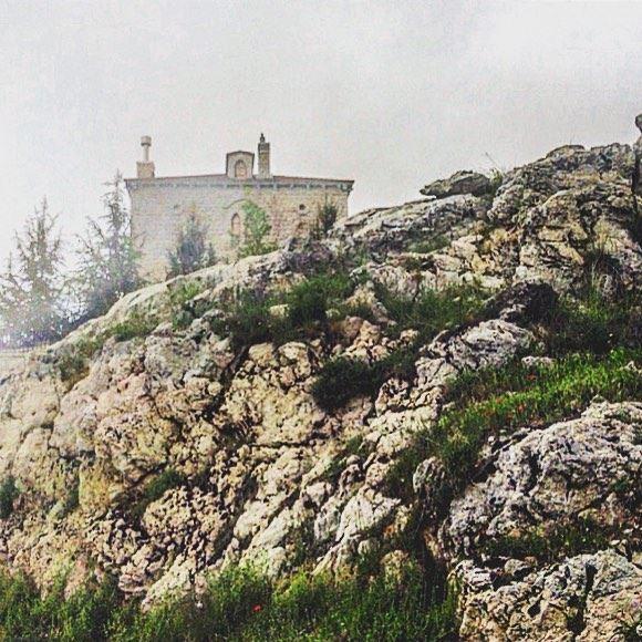 Dans le brouillard, elle est majestueusement perchée sur la colline... (Lebanon)