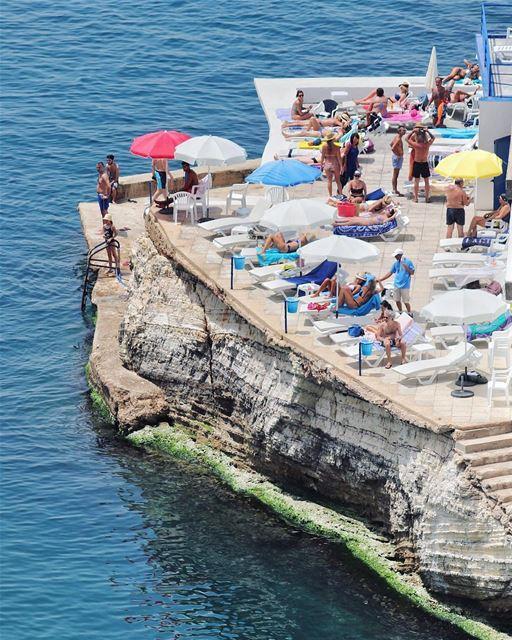 Com o verão se aproximando no hemisfério norte, a badalada costa libanesa... (Beirut, Lebanon)