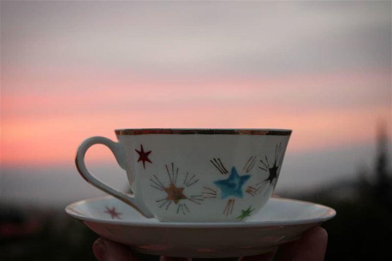 هي كعالم الفضاء تجعلني تائهاً بلا جاذبية.... قهوة_المساء قهوتي روقان تص