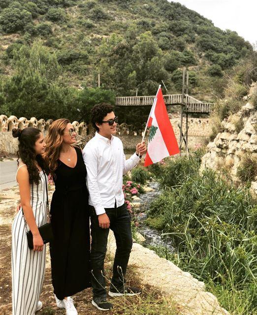 الله يبعتلكنّ ايّام أحلى من ايامنا ويضلّو العلم اللبناني هوي التفضيلي! وكلّ (تفاحتا)
