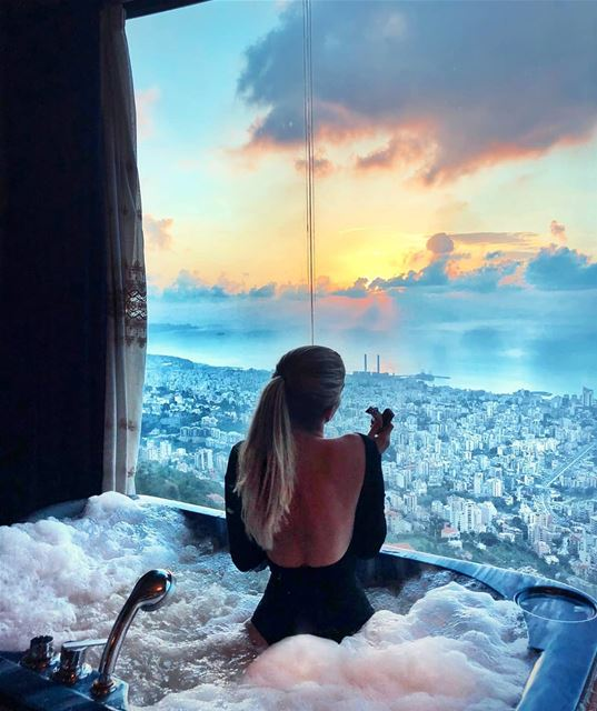 What could possibly go wrong ? 🍫💆♀️⛅.... sunset view jaccuzi ...