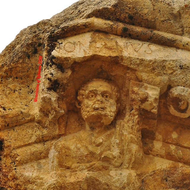 """Ness, Griff n mini-e in front if the temple pediment, with the bust of """"Ant (Qsarnaba, Béqaa, Lebanon)"""
