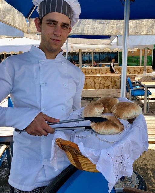 Oh I'll have one, or two! Thank you!! freshlybaked  arabicbread  pitabread... (Manara Palace Café)