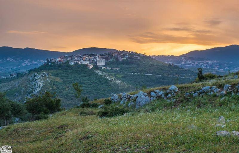 لوحة الفجر من حومين_الفوقا 🌄 landscape nature lebanon southlebanon ... (Hoûmîne El Faouqa, Al Janub, Lebanon)
