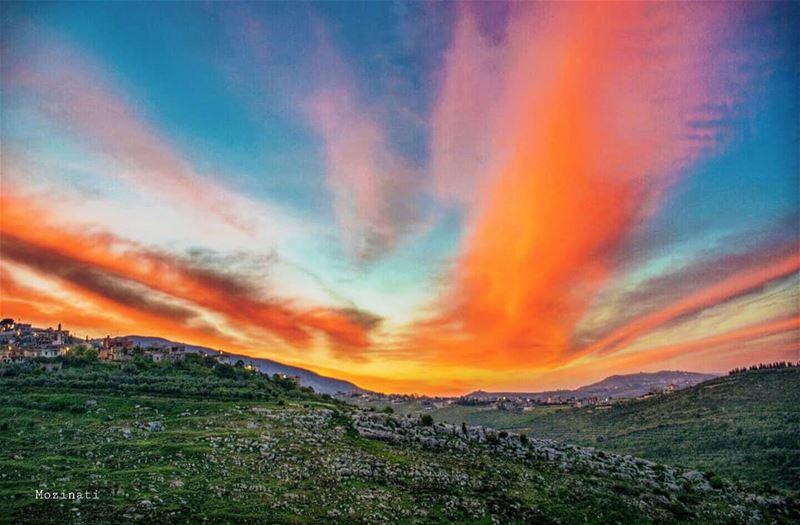 مع غياب شمس كل مساء قلبي لك يشتاق شوقي لا يرجعك... عسى ان ترجعك غيوم تشرين... (Hoûmîne El Faouqa, Al Janub, Lebanon)