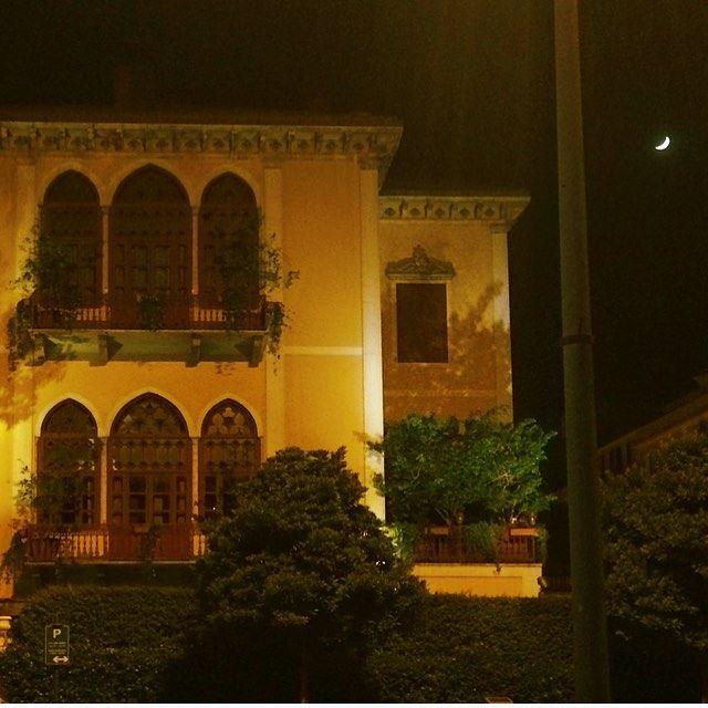 Regarder chaque soir la lune même si on est devenu grand...et se rappeler... (Beirut, Lebanon)