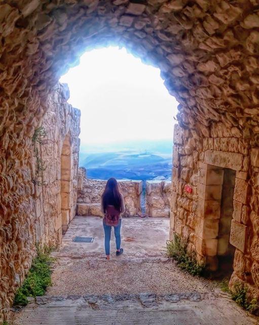 Il faut savoir cacher sa peineSous le masque de tous les jours 🎵... (Beaufort Castle, Lebanon)