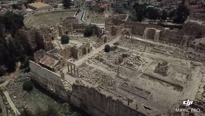 Sobrevoando as ruínas de Baalbeck e seu magnífico sítio arqueológico com o... (Baalbek, Lebanon)