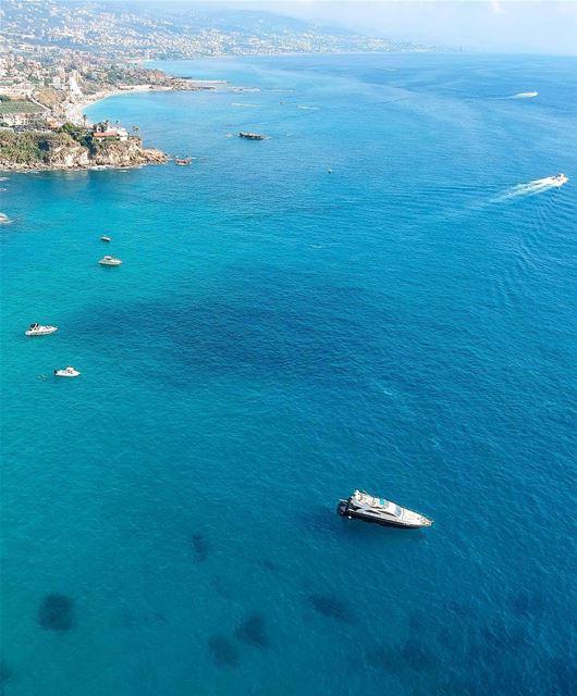 Todos sabem que o mar Mediterrâneo é lindo, mas no Líbano ele ganha um... (Amchitt, Mont-Liban, Lebanon)