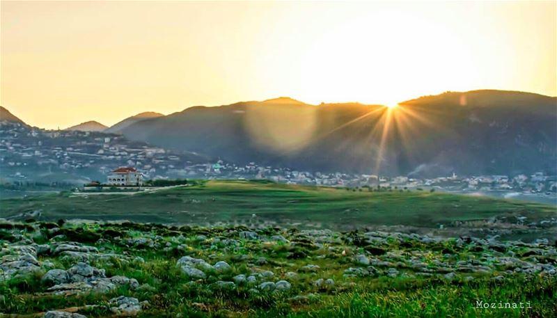 انت وجايي يا حبيبيلا تجي بالشمس بيلحقك خيالكتعا بالضباب تعا بلا خيالأنا (Deir Al Zehrane)