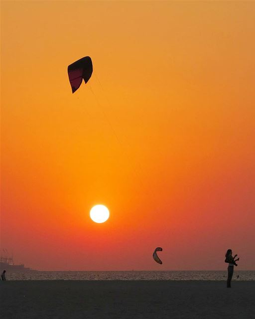 ... flying kites at the Kite Beach 🌅------.Thank you @simamaalouf 😀.... (Kite Beach Dubai)