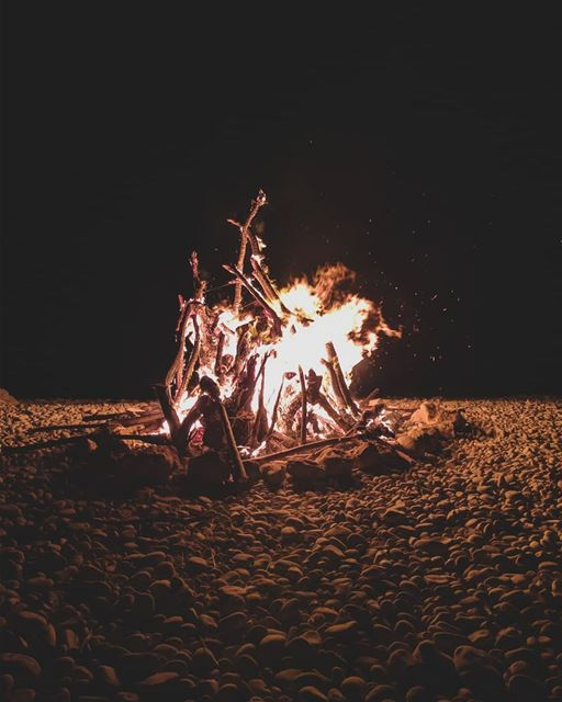 Who else loves the smell of a campfire? 🔥 deefordiscovery ...Campfire... (Al Batrun, Liban-Nord, Lebanon)