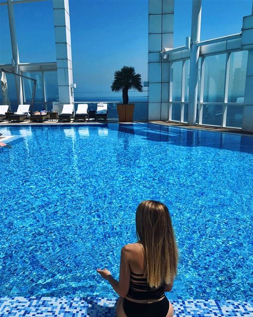 Vacation workout: 10 pool ups a day 💆‍♀️ doingthisright ? (Four Seasons Hotel Beirut)