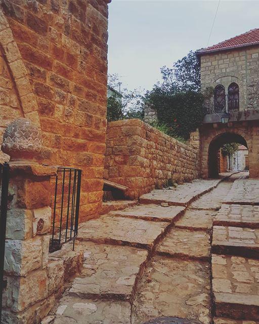 وامشي على طرقات منسية.... ig_respect ig_lebanon instaamici instabeirut... (Dayr Al Qamar, Mont-Liban, Lebanon)