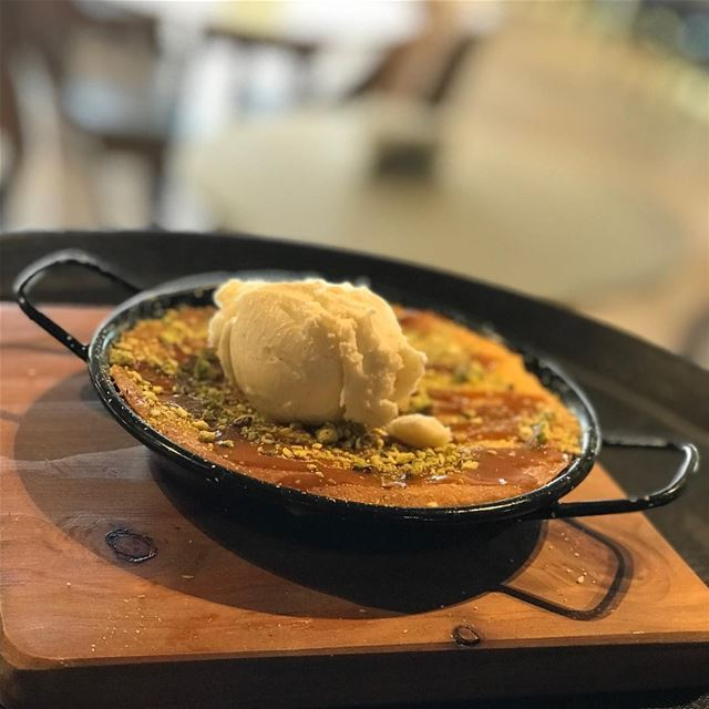 Whats better than a warm apple pie 🥧 topped with vanilla icecream 🍨😍😍... (Beirut, Lebanon)