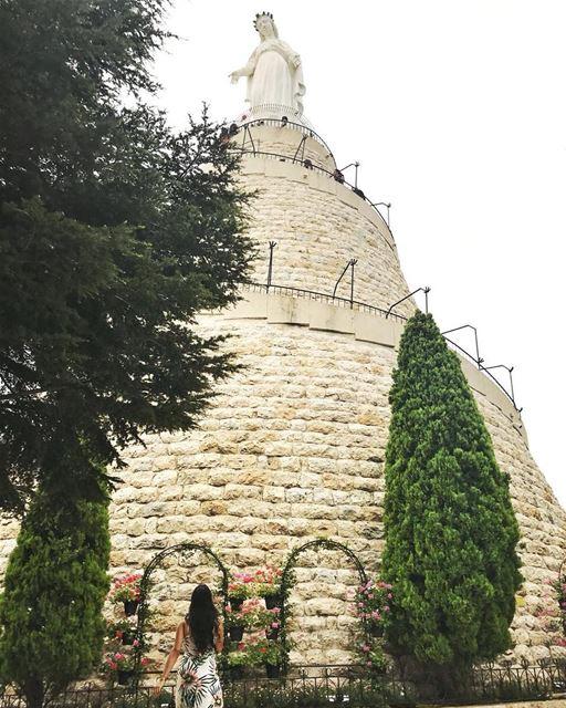 A filha de libaneses @jamilitannous está amando o Líbano, e enviou pra... (Our Lady of Lebanon)