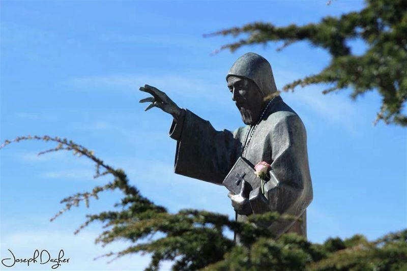 🙏🏻شربل قديس الانسان ما فرّق لون وأديانواللي بصلّي بإمان ما بعمرو خايب ر (Annâya, Mont-Liban, Lebanon)
