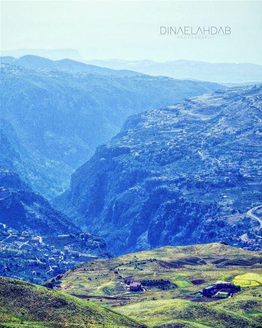 من عجائب الطبيعة وضعها النقيض بجوار النقيض.. ما أقامت ارتفاعاً إلّا اوسعت ت (Baalbek, Lebanon)