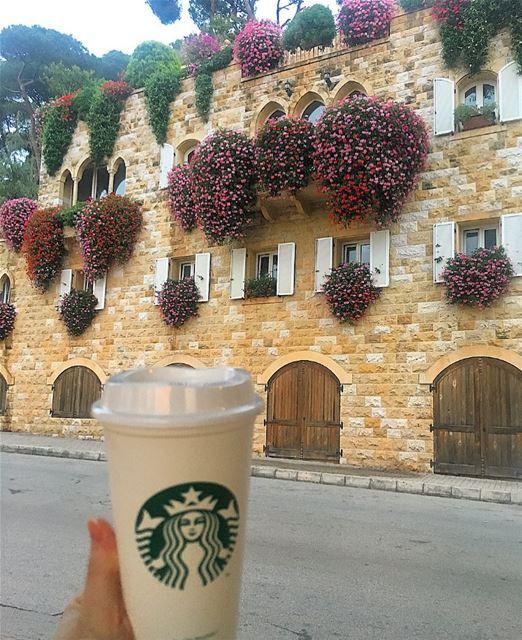 👨🏻: باخدك ل اخر العالم مكان ما في الا احنا ....👩🏻: فيه قهوة !!!!.... (Broummâna, Mont-Liban, Lebanon)