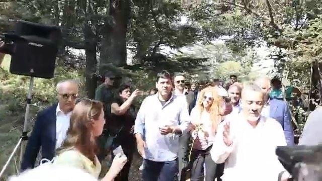 Vídeo inédito da popstar @Shakira visitando a cidade natal de sua avó... (Arz Tannoûrîne)