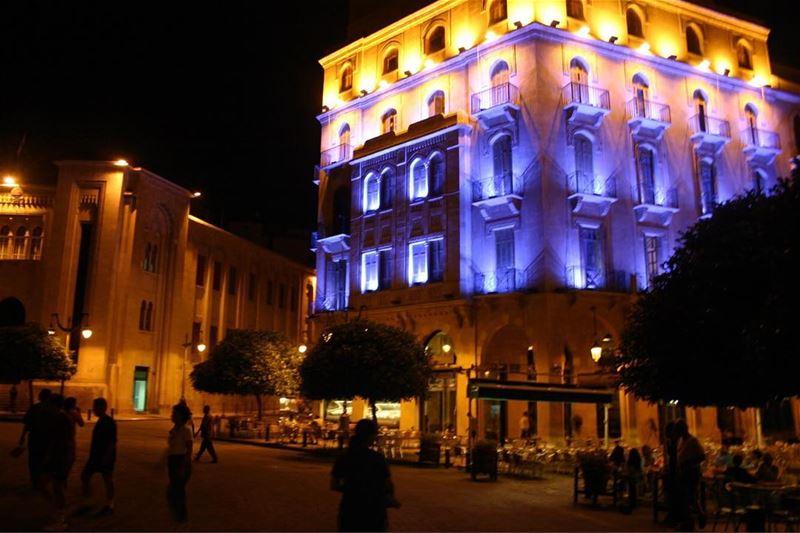 Que tal esta linda foto do centro de Beirute à noite para terminar a... (Downtown Beirut)
