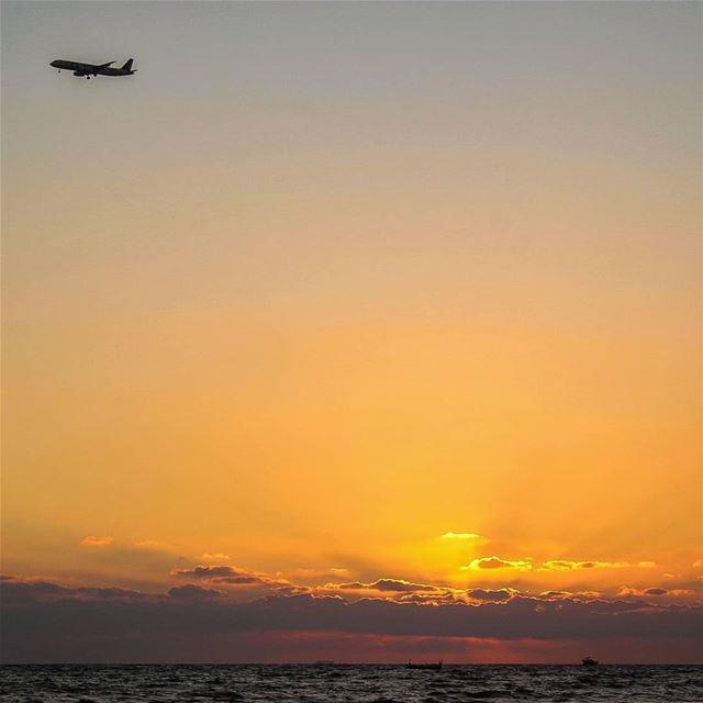 وفي الهادئين أشياء لا تهدأ....... تصوير غروب عدستي روقان بحر لبنان ق