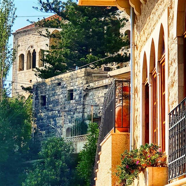 My favourite kind of Lebanese houses in one capture summertime... (El-Mukhtarah, Mont-Liban, Lebanon)