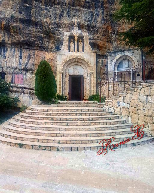 كنيسة مار بطرس الاثرية المحفورة في الصخر في العاقورة church rock ... (Akoura, Mont-Liban, Lebanon)
