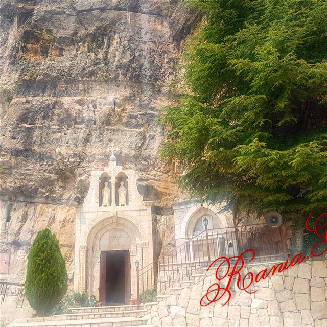 akoura oldchurch saintpeter rock @lebanonexplorer @livelovelebanon8501 (Akoura, Mont-Liban, Lebanon)